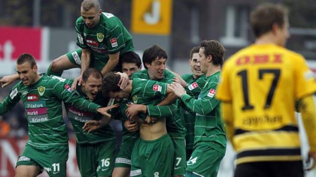 Spieler des SC Kriens freuen sich nach einem Sieg.