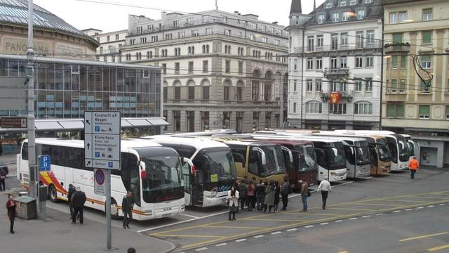 Mehrere parkierte Cars in der Stadt Luzern.