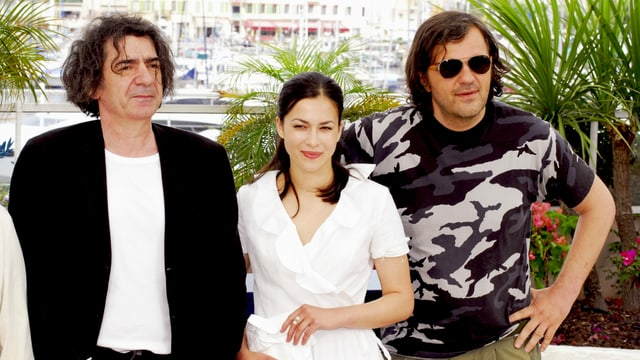 Manojlović (links) mit Marija Petronijević und Emir Kusturica 2007 in Cannes.
