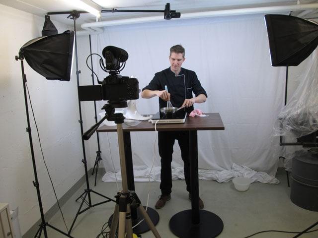 Konditor arbeitet in einem Video-Studio.