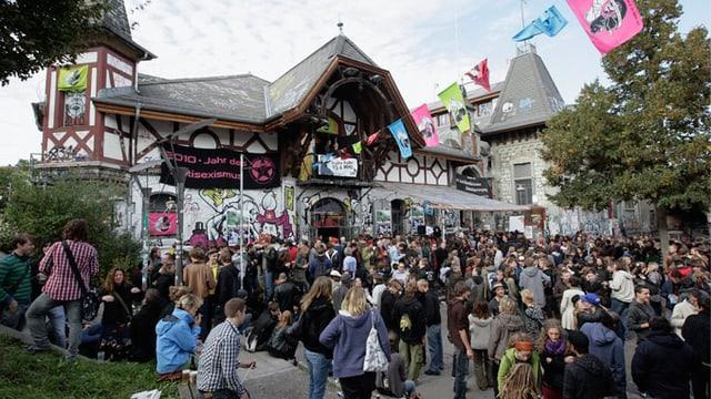 Jugendliche feiern mit Freibier das Abstimmungsergebnis vor der Reitschule in Bern, am Sonntag, 26. September 2010.