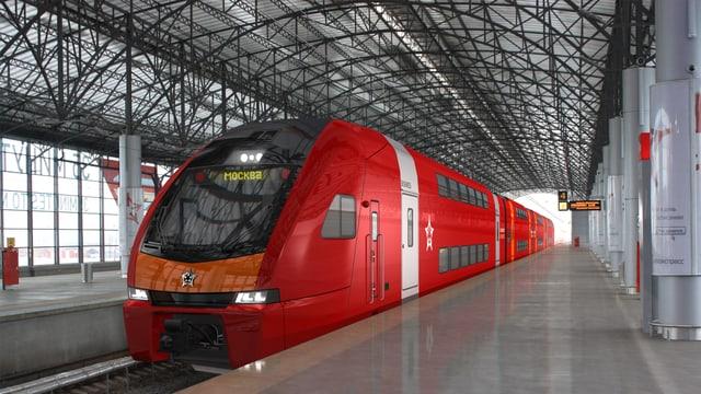 Ein roter Doppelstockzug steht in einem russischen Bahnhof.