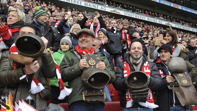 Fans mit Kuhglocken.