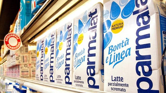 Pachets da latg da Lactalis/Parmalat en ina stizun a Milaun.