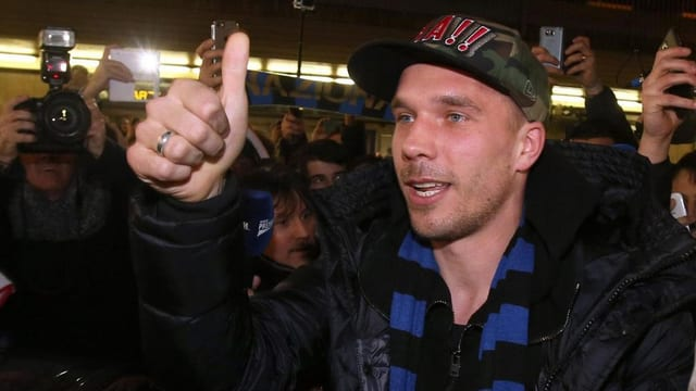 Lukas Podolski zeigt Daumen.