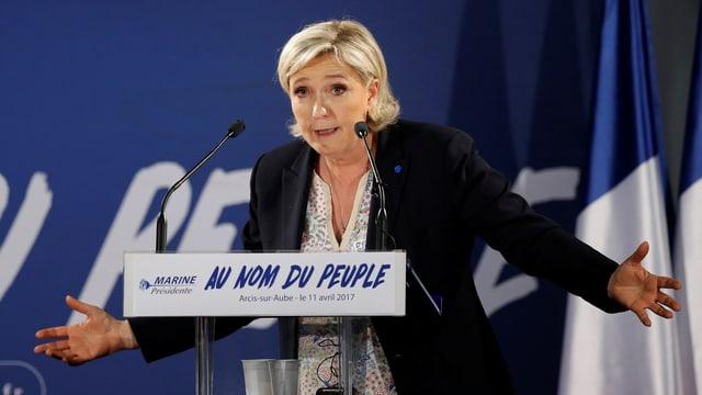 Marine Le Pen vor Podium