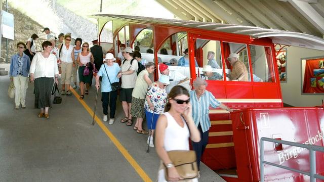 Die rote Bürgenstockbahn an der Talstation.
