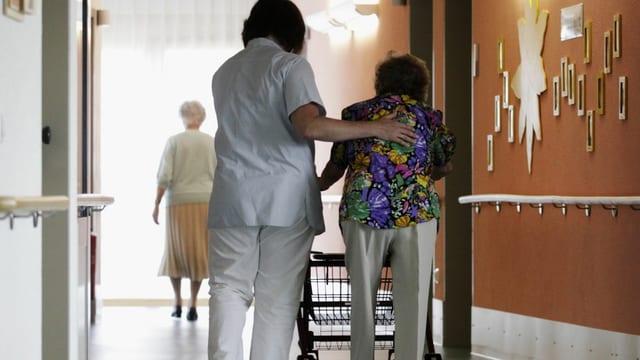 Personen in einem Altersheim