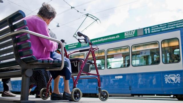 Ina dunna veglia sin in baun, davostiers in tram da Turitg.
