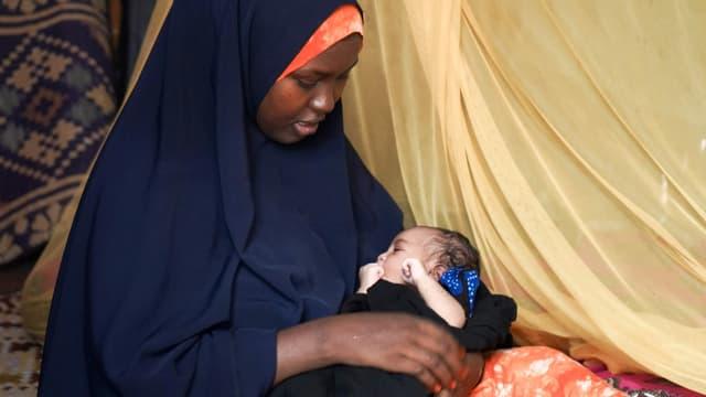 Eine Frau im Flüchtlingslager Dadaab stillt ein Kind.