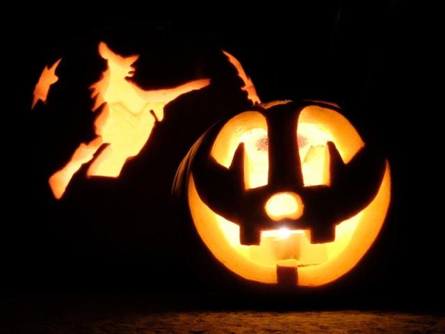 Ein Halloween-Kürbis mit Schnittmuster einer Hexe