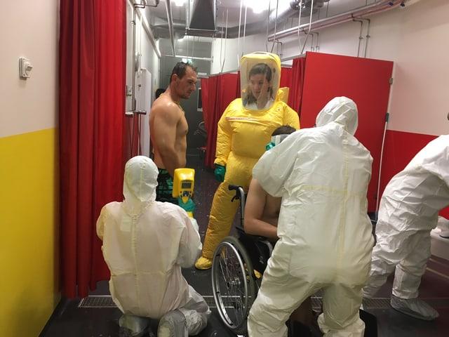Die Patienten werden nach Strahlung untersucht.