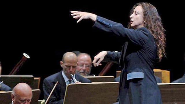 Simone Young dirigiert die Wiener Philharmoniker 2005.