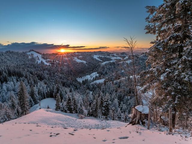 Ein herrlicher Sonnenuntergang mitten im frisch verschneiten Emmental.