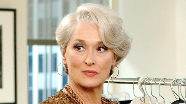 Meryl Streep mit kurzen grauen Haaren mit ernstem Blick