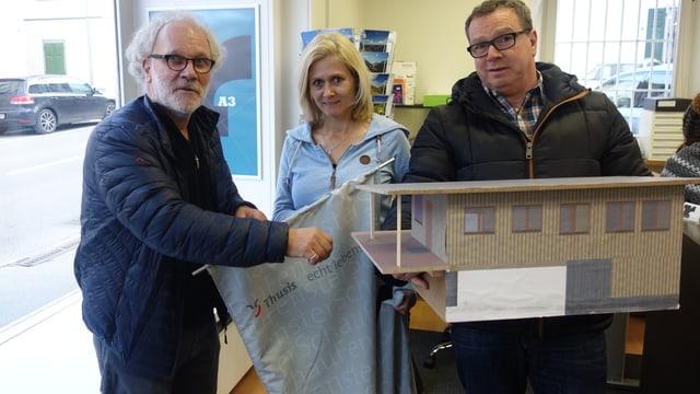 Christof Kübler, curatur exposiziun Tusaun; Corina Salzgeber, suprastanta  dal club;  Erwin Seglias, president