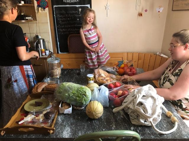 Frau und Kind am Küchentisch