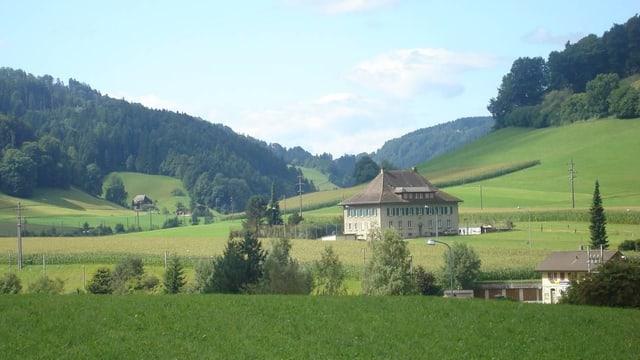 Schulhaus Schafhausen inmitten von Emmentaler Hügel.