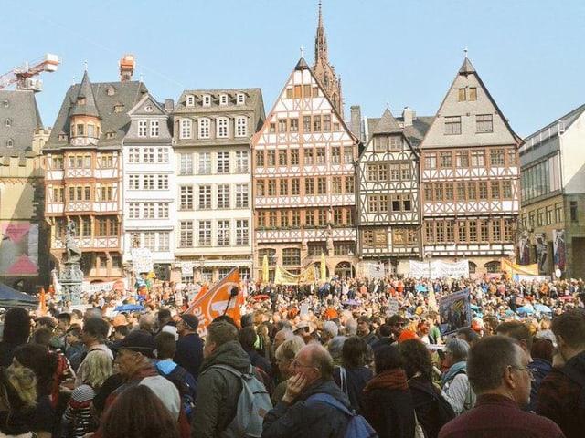 Der volle Römer-Platz vor dem Rathaus in Frankfurt am Main. (Twitter.com/takethesquare)