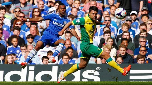 Chelseas Ashley Cole (l.) fordert Norwichs Russell Martin.