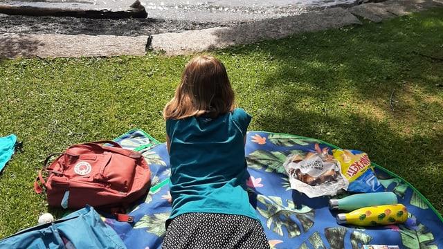 Mädchen verweilt am See