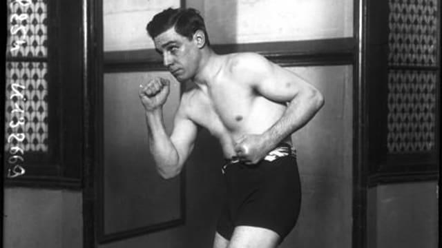 Frank Erne, nur mit Shorts bekleidet, in Boxerpose, aber ohne Handschuhe.
