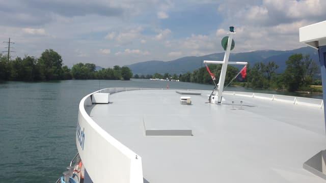 Schiff fährt auf einem Fluss, links und rechts das Ufer
