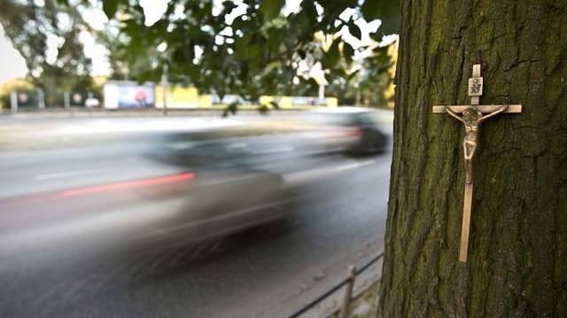 Autos fahren an Unfallstelle vorbei