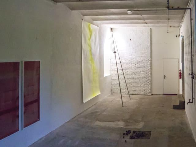 Keller mit weissen Wänden.