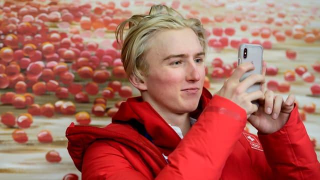 Andri Ragettli fotografiert sich mit dem Handy