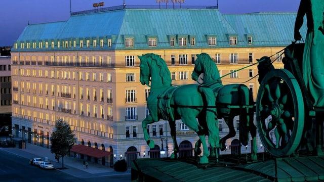 Pferdestatue vor einem Hotel