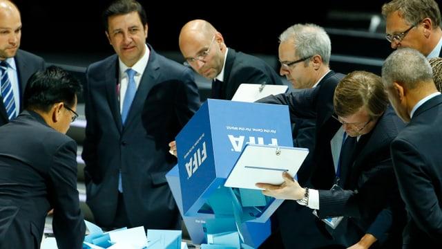 Die Stimmzettel der 209 Delegierten werden auf einen Tisch geleert, wo sie gezählt werden.