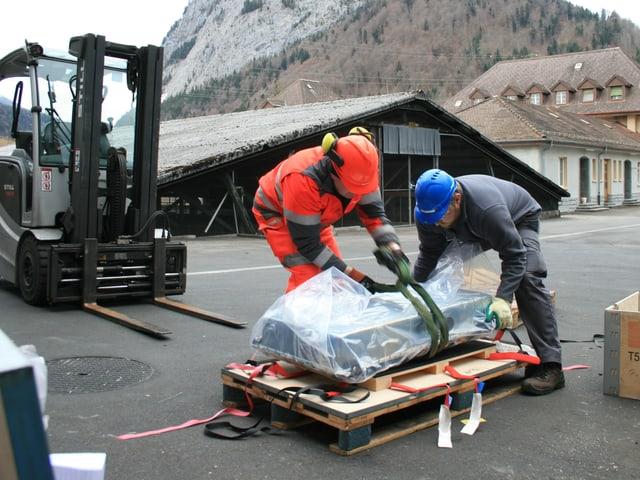 Der Lastwagenchauffeur und ein Batrec-Angestellter transportieren die Elektroauto-Batterie.