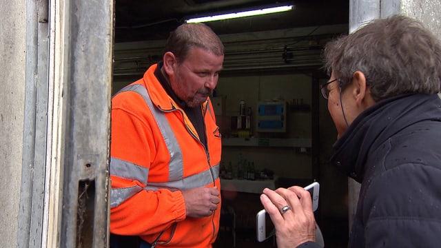 Bauer in seinem Stall konfrontiert von einem Reporter.