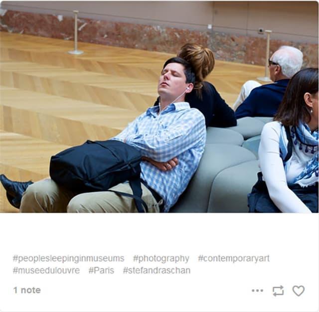 Mann schläft im Museum
