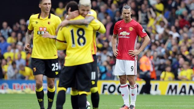 Zlatan Ibrahimovic beneidet jubelnde Watford-Spieler.