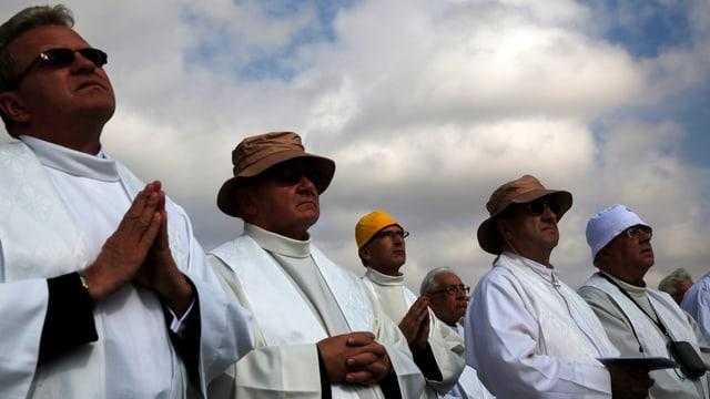 Mitglieder von Opus Dei stehen nebeneinander,