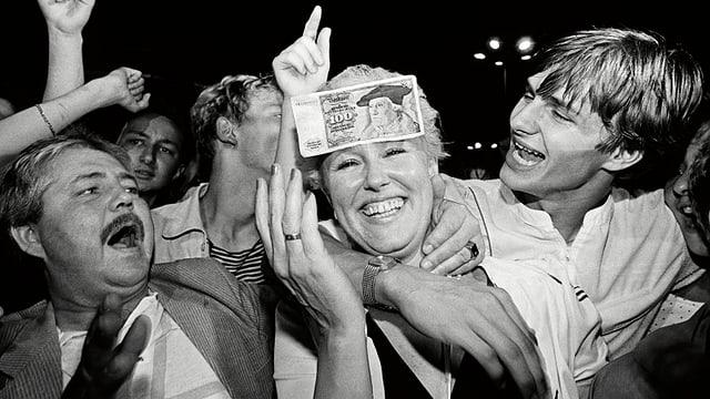 Ilona Jünemann feiert am 1. Juli 1990  auf dem Alexanderplatz die Währungsunion.
