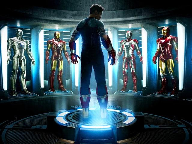 Mann steht inmitten von sechs Eisenmännern.