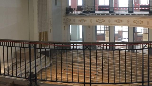 Sicht vom Balkon in das historische Gebäude.