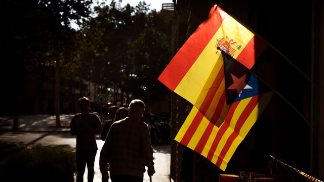 Spanische und katalanische Flagge.