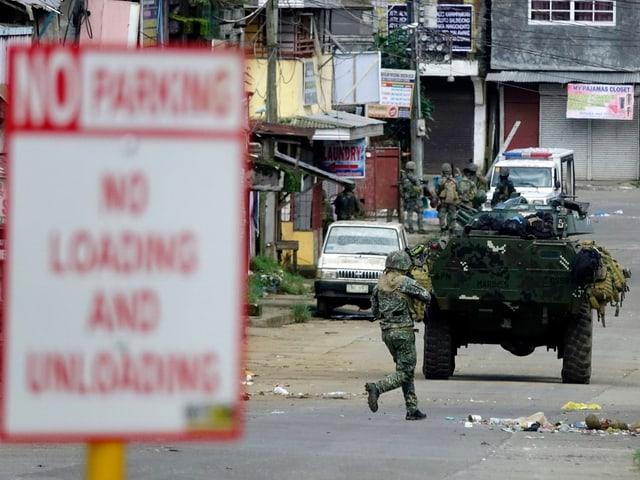 Bewaffnete Soldaten in der Stadt