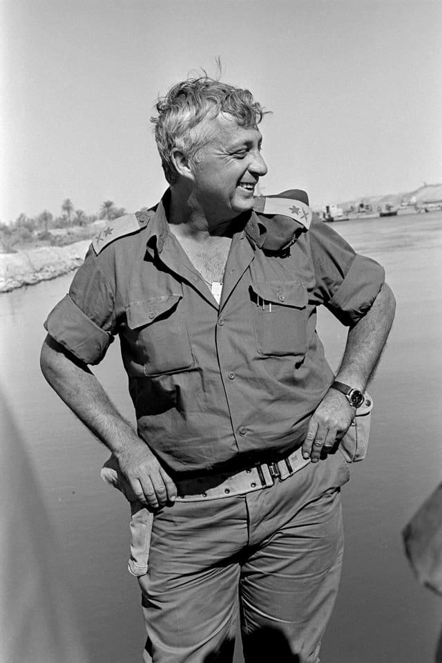 Porträt des jungen Ariel Sharons in Militäruniform.