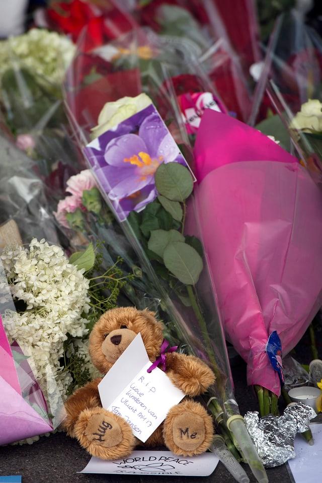 Am Flughafen Schiphol in Amsterdam, wo MH17 am Donnerstagmittag startete, haben Menschen Blumen und Plüschtiere niedergelegt.