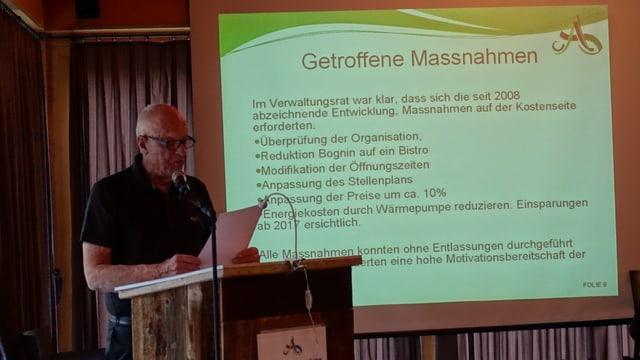 Hans Christoffel, il president dal cussegl d'administraziun dal bogn declera las mesiras da spargn ch'èn gia vegnidas realisadas.