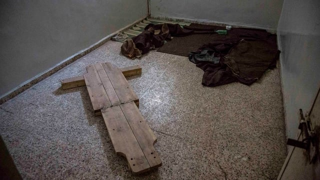 Folterinstrumente am Boden eines Raumes