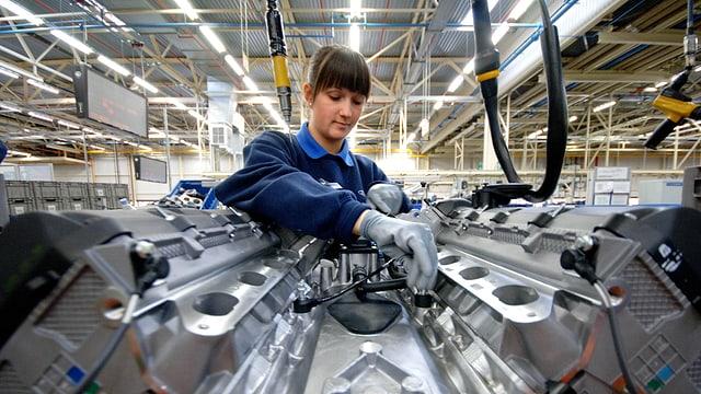 Eine Frau montiert einen Motor im Ford-Werk von Bridgend.