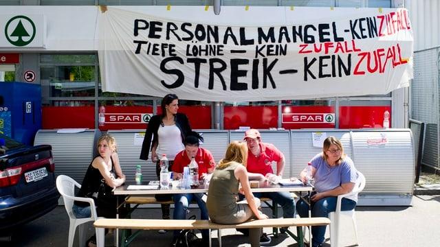 Im Juni streikten in Baden-Dättwil Angestellte des Spar-Tankstellenshops für bessere Arbeitsbedingungen.