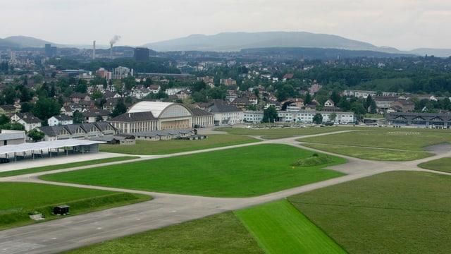 Ein Teil einer Piste und Hangars auf dem Flugplatz Dübendorf.