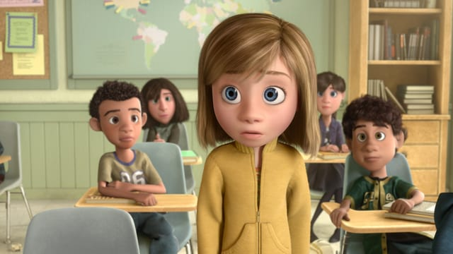Ein Schulmädchen schaut eingeschüchtert aus.